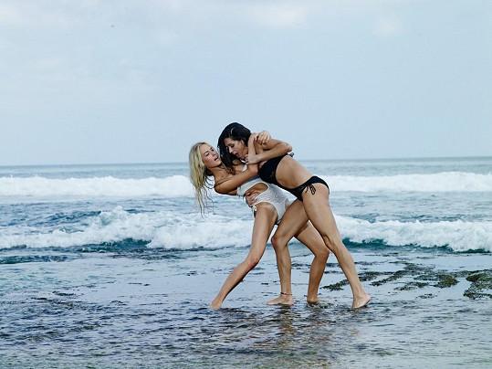 Simona Dvořáková s Petrou Faltýnovou při focení v moři