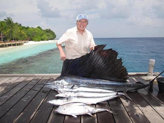 Na Maledivách si Karel pořídil fotku s čerstvě vylovenou rybou.
