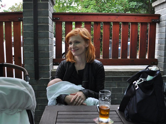 Aňa vyrazila za slunečného dne na zahrádku pražské hospůdky na Smíchově.