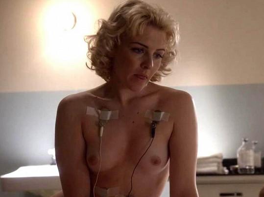 Své tělíčko odhalila divákům také herečka Heléne Yorke.
