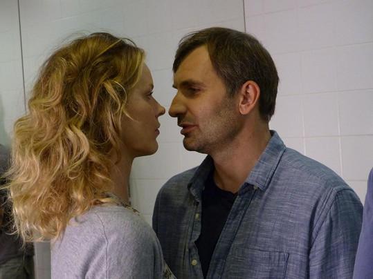 Pohádkář se plynule pohybuje mezi vztahy se dvěma ženami. Jednu hraje právě Eva.