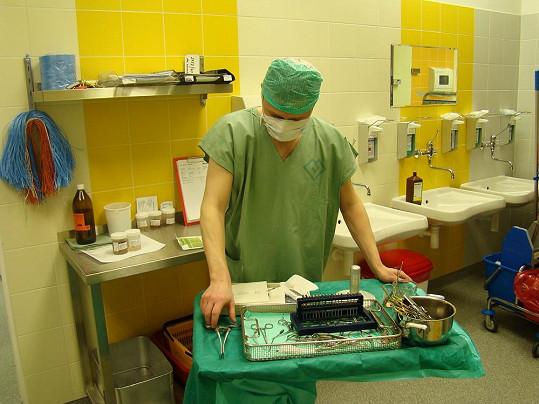 Po operaci si Šimek pohrával s použitými nástroji.