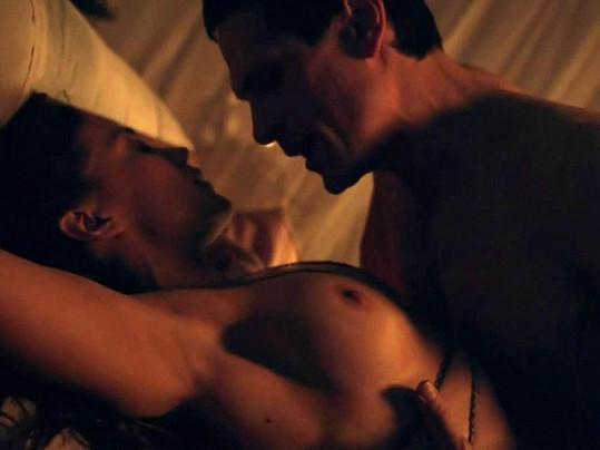 Jenna Lind během milostné scény v seriálu Spartakus.