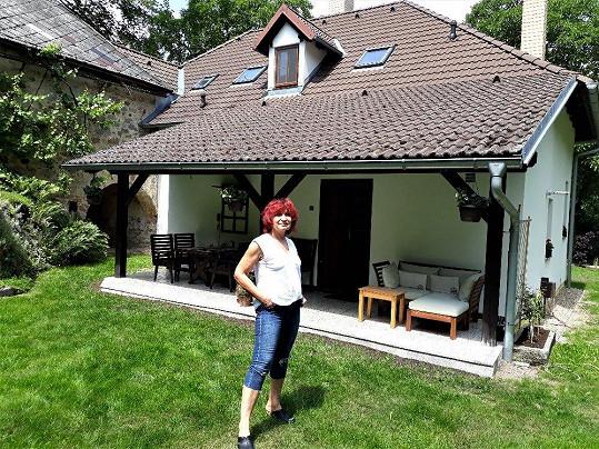 Jaro tráví na své chaloupce v jižních Čechách, kde má díky zahrádce práce dost.