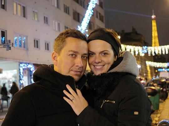 Manželé si v Paříži užívali romantiku.