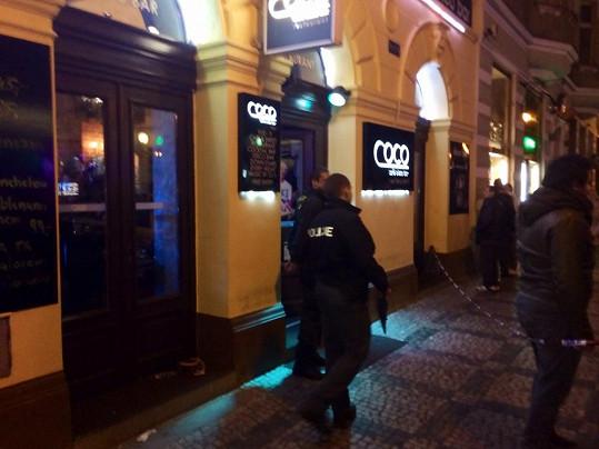 V tomto pražskémm baru v centru došlo dnes večer k pobodání. Zasahovala policie.
