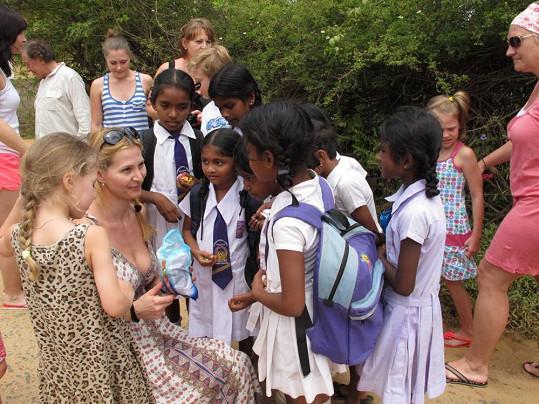 Ivana s Nellinkou rozdávají místním dětem bonbóny.