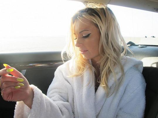 Markéta se zahřívala v autě popíjením horkého čaje.