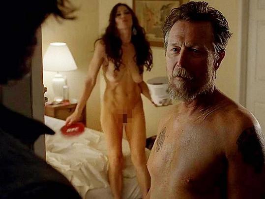 V seriálu se to jen hemží nahými scénami.