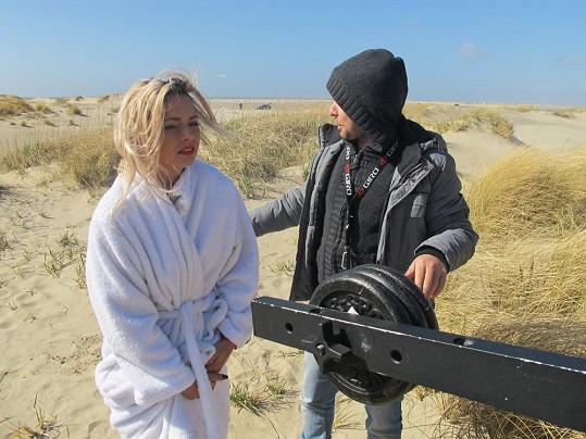 Krásku museli halit do froté županu, aby pro ni natáčení u Severního moře neskončilo zápalem plic.