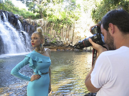 Při focení u vodopádu na Mauriciu