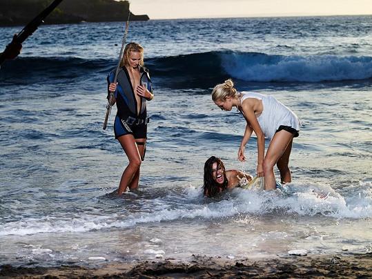 Petra s dalšími modelkami ve vlnách.