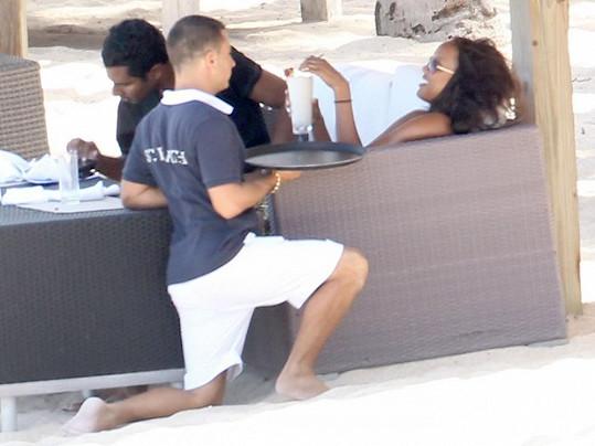 Modelce se dvořil číšník u plážového baru.