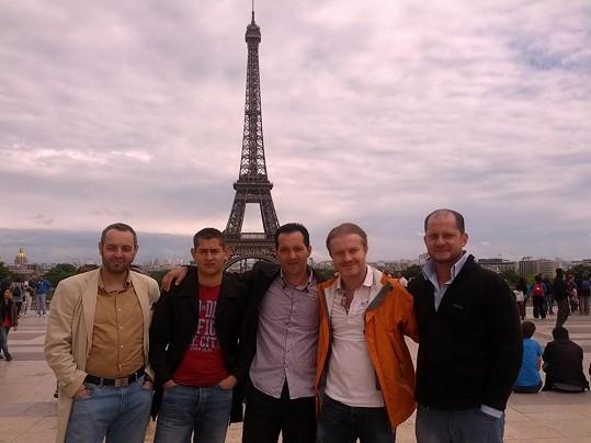 Umělec s kolegy před Eiffelovou věží.