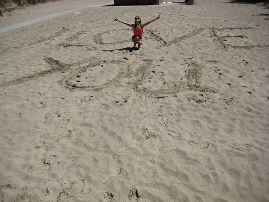Stále zamilovaná Abbie dovádí v písku.