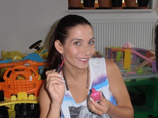 Decastelo sbírá zkušenosti, aby obstála jako porotkyně v soutěži European Championship Spa Manicure.