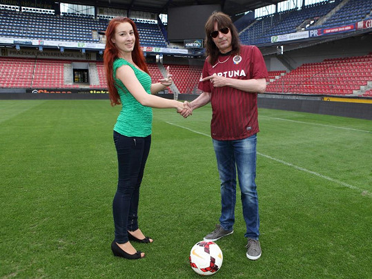 Aleš žije s o dost mladší dívkou, která stejně jako on miluje fotbal.