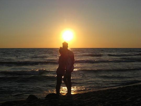 Každý den zakončovala dvojice procházkou po pláži při západu slunce.