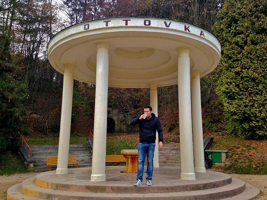Michal se nedávno v Luhačovičích proléval minerálkou.