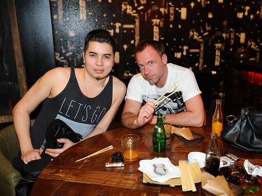 Marcus Tran na párty se Zdeňkem Hrubým předvedl své buclaté bicepsy.