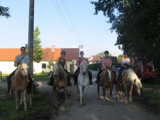 Patricie (zde uprostřed) je pomocnou silou na koňském táboře.