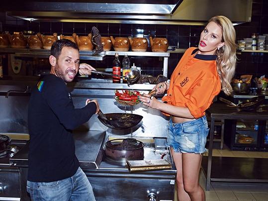 Simona v ultrakrátkých šortkách pózovala v kuchyni s šéfkuchařem Shahafem Shabtayem.