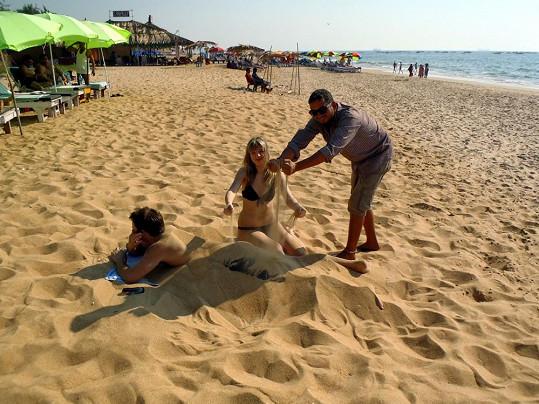 Došlo i na tradiční zahrabávání do písku.