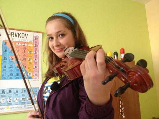 Debnárová ovládá hru na housle.