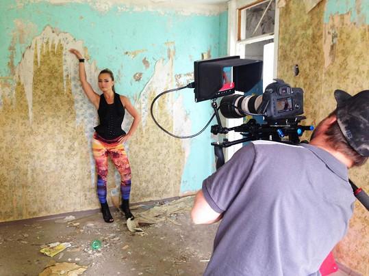 Verona natáčela klip v opuštěných kasárnách.