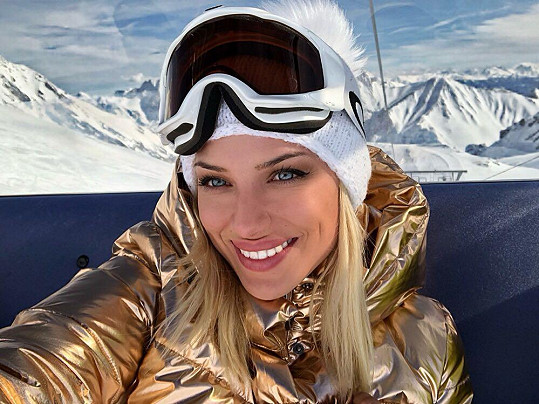 Eva poprvé v životě zkoušela jízdu na snowboardu.