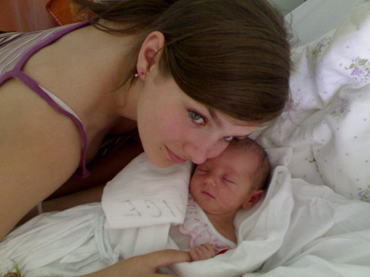 Ewa Farna pyšně pózuje s malou sestrou Magdalénou.