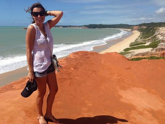 Alena Šeredová pózuje na brazilské pláži.