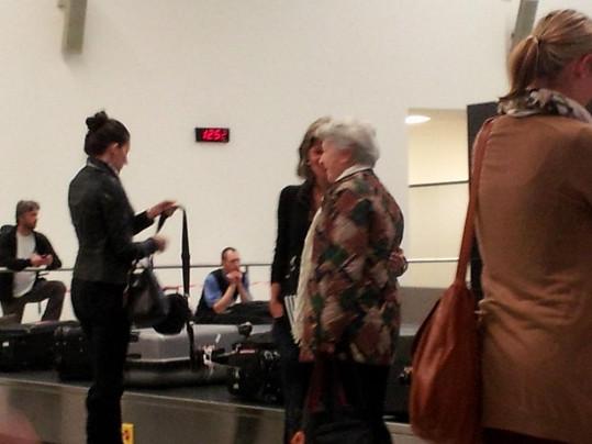 Herečka se ochotně vyfotila s fanynkou při čekání na kufry.