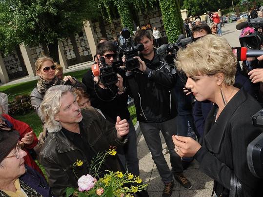 Z přítomnosti novinářů musela mít radost.