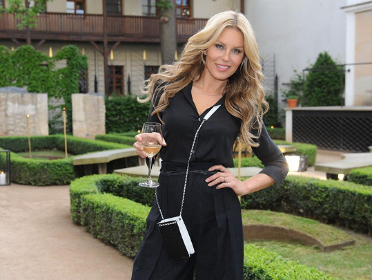Simona na večírku k výročí malostranského hotelu