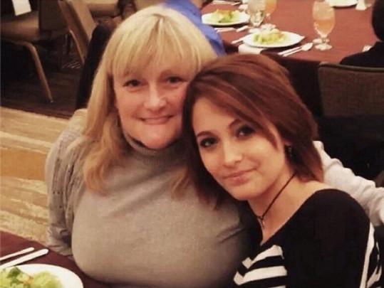 Paris byla o vánočních svátcích i s matkou Debbie.