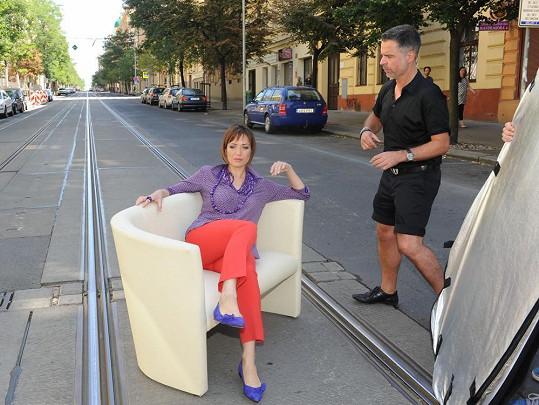 Sofa zatarasilo tramvajovou kolej.