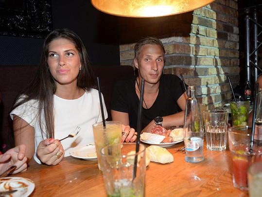 Zeman dorazil na stejnou akci a přisedl si ke stolu, kde seděla Aneta s kamarády.