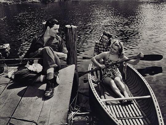 Robert Karnes chytá ryby, Marilyn Monroe a Collen Towsend pádlují kolem.