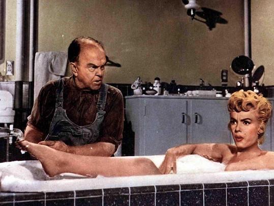 Ani Marilyn Monroe nemohla scéna ve vaně ujít. Slaměný vdovec měl premiéru v roce 1954.