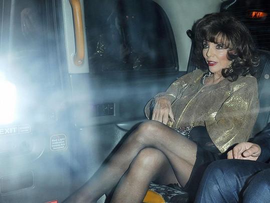 Joan na svůj věk rozhodně nevypadá.