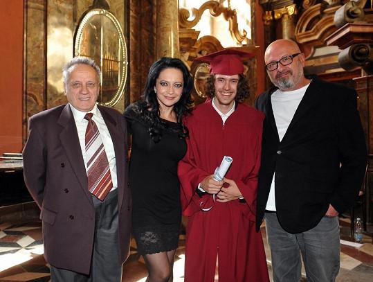 Filip s maminkou, dědečkem (vlevo) a otcem (vpravo).