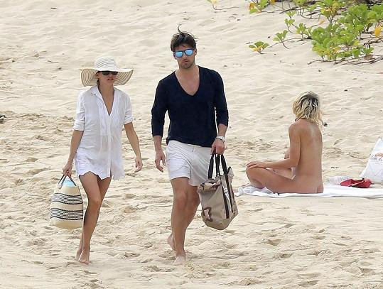 Olivia a Johannes nebyli tak odvážní jako jiní návštěvníci pláže a plavky nesundali.