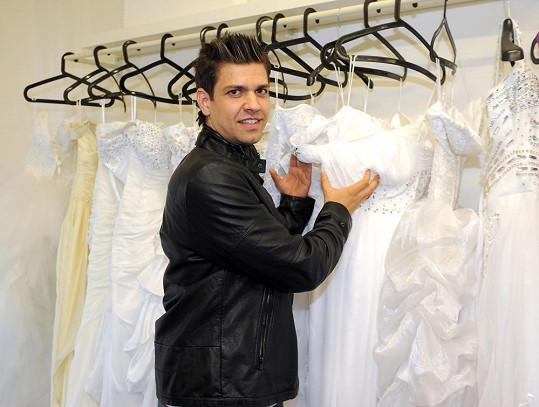 Petr Vojnar u stojanu svatebních šatů