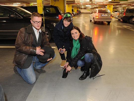 Hanka Kynychová dorazila na poslední chvíli, s manželem a synem jsme ji potkali v podzemních garážích, kde se jí vysypala kabelka.