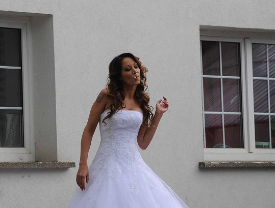 Agáta Prachařová kouří před svatbou.