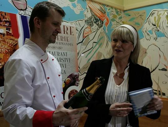 Chantal s šéfkuchařem Vladimírem Honzákem křtila knihu o francouzském stylu života i kuchyni.