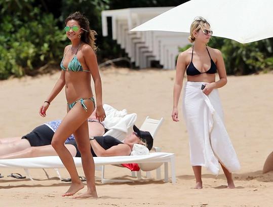 Kolegyně ze seriálu Prolhané krásky Ashley Benson a Shay Mitchell jsou spolu na dovolené.