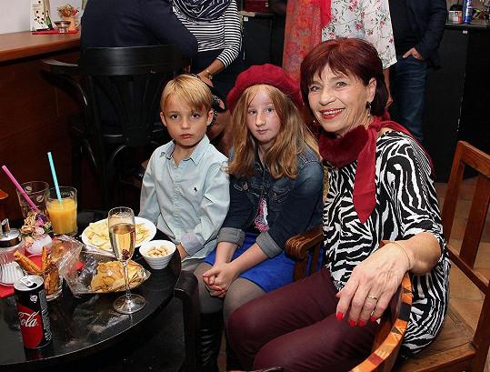 Bývalá hlasatelka Marta Skarlandtová s vnoučaty