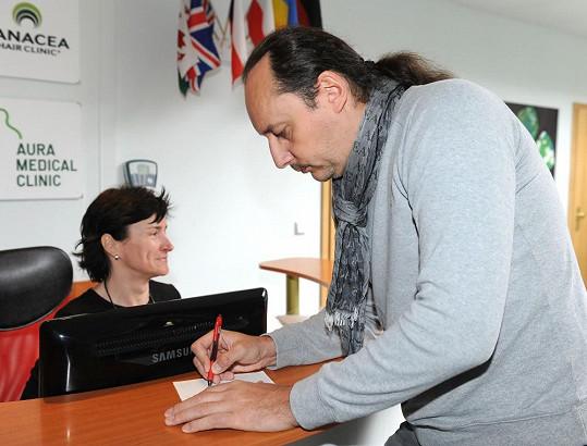 Marian musel podepsat informovaný souhlas s operací.